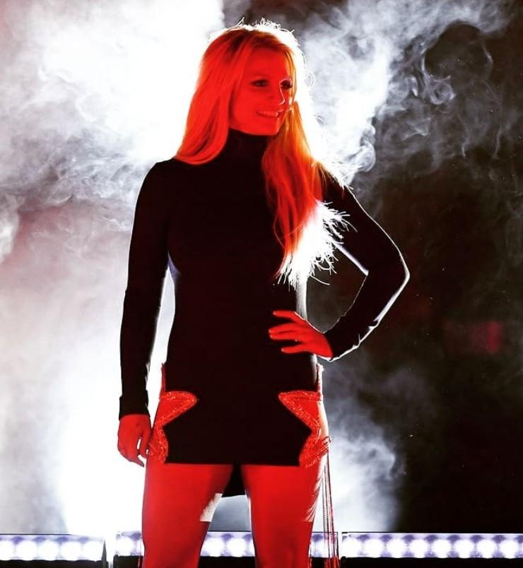 Бритни Спирс похвасталась стройными ногами в откровенном платье