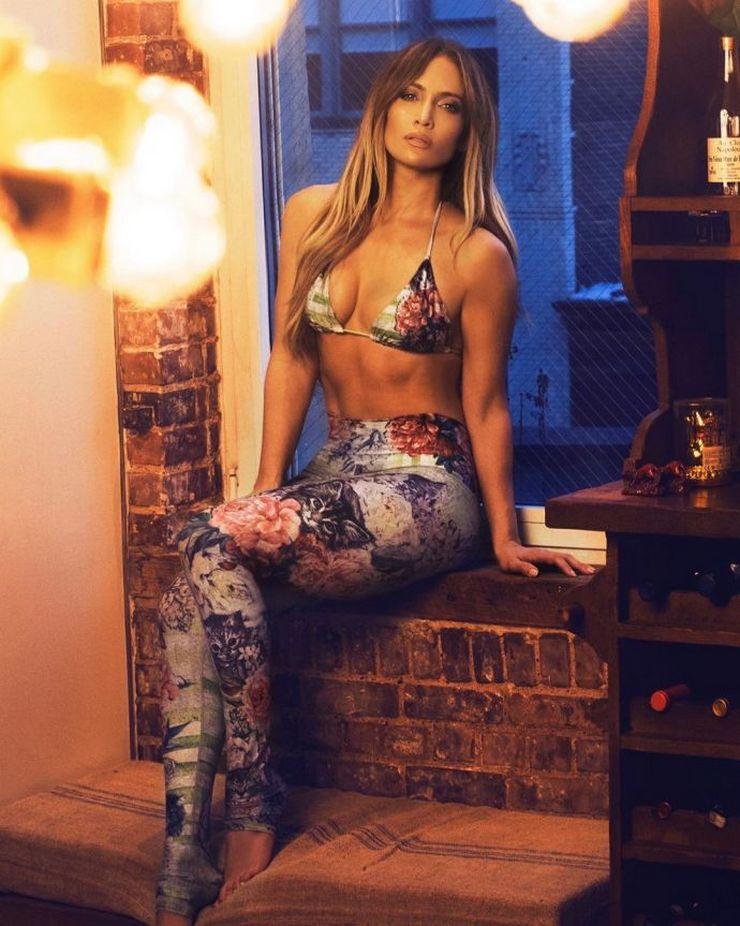 Дженнифер Лопес показала спортивное тело