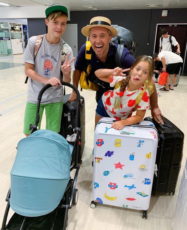 Певец Сергей Бабкин с семьей и новорожденным сыном отправились за границу на отдых