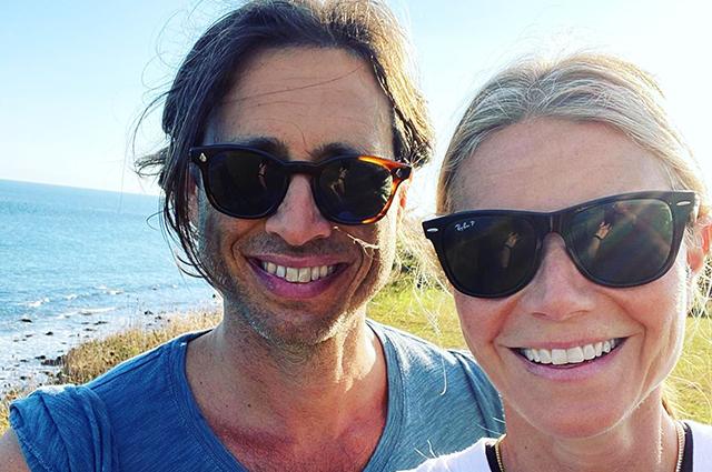 Гвинет Пэлтроу со своим мужем отдыхает на пляже в Лонг-Айленде