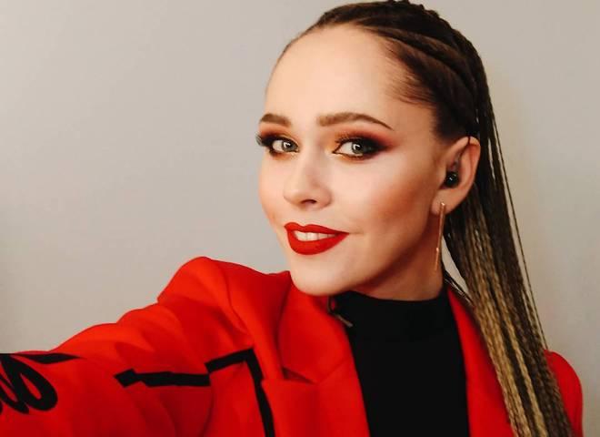У Юлии Саниной горело платье во время съемок клипа на новую песню «Жива»
