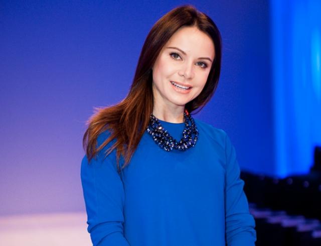 «Ночь невероятных встреч»: Лилия Подкопаева блистает в атласном платье в пол на светском мероприятии