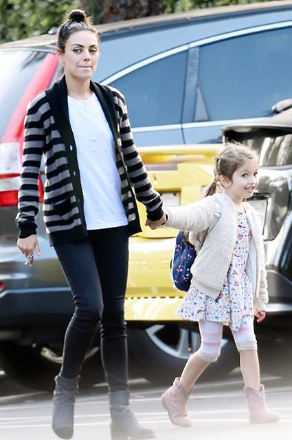 Мила Кунис с дочкой гуляет по улицам Беверли-Хиллз