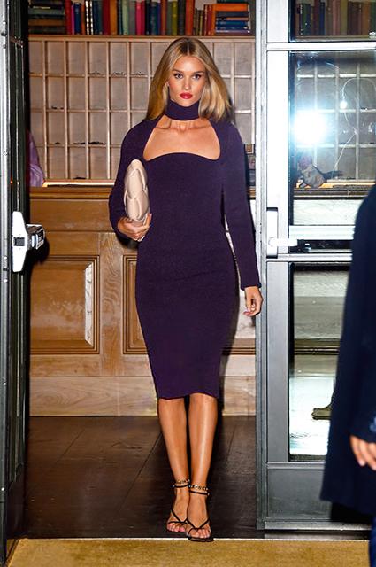 Возлюбленная Джейсона Стэтхема появилась в облегающем трикотажном платье на улицах Нью-Йорка