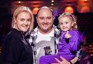 Юрий Ткач поделился нежным семейным снимком с женой и дочкой