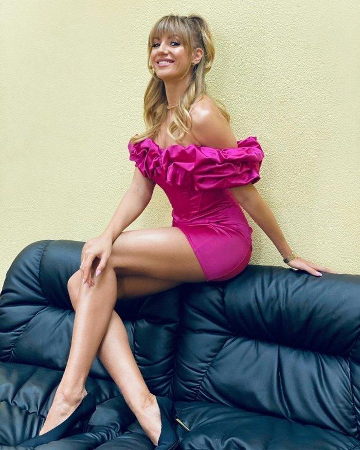 Леся Никитюк показала стройные ножки в коротком наряде