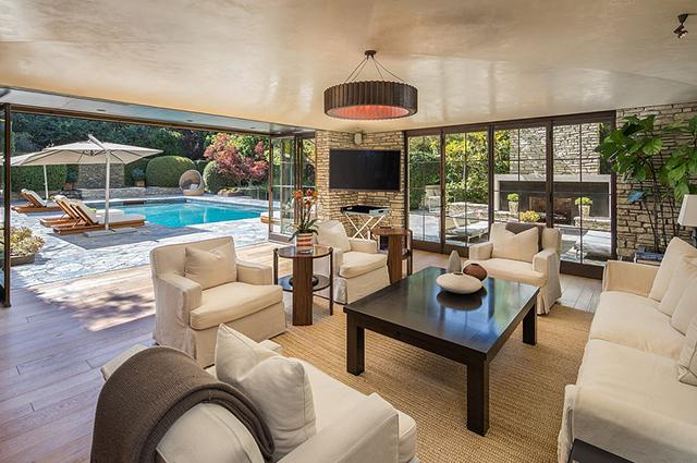 Выставлен на продажу роскошный особняк, в котором жили Дженнифер Энистон и Брэд Питт