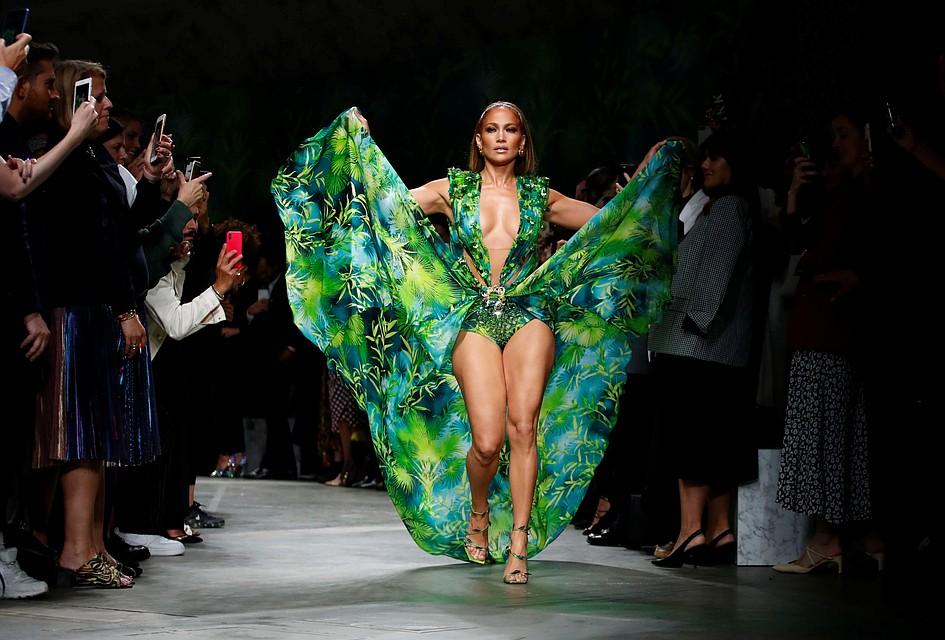 Модный дом VERSACE подал в суд на масс-маркет за плагиат