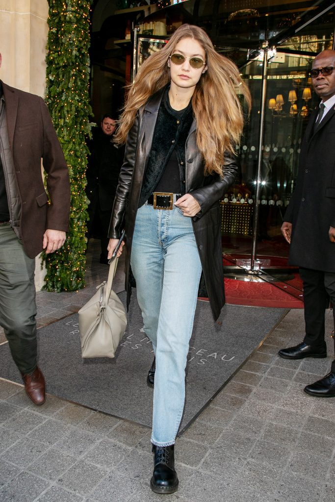 Джиджи Хадид в кардигане от Chanel и светлых джинсах на улицах Парижа