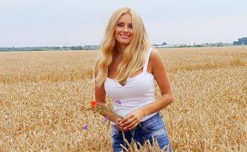 Ирина Федишин позирует в тренде этого года – дутом пуховике