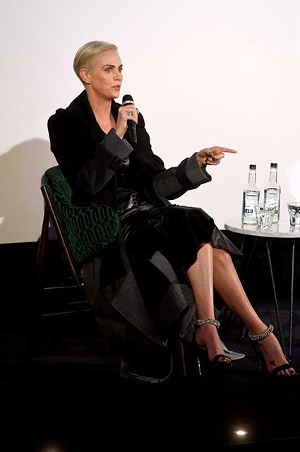 Шарлиз Терон в миди-платье от Alexander McQueen на спецпоказе фильма «Скандал» в Лондоне