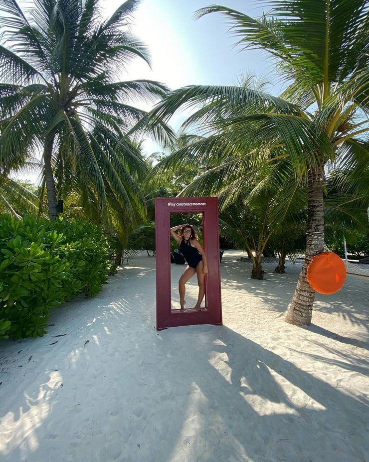 Жена музыканта Дмитрия Монатика показала фигуру среди пальм на Бали