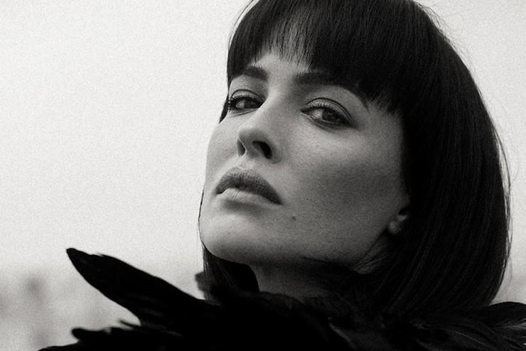 Даша Астафьева в образе черного лебедя снялась в необычной фотосессии