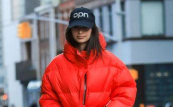 Эмили Ратаковски в ярко-красном пуховике украинского бренда на прогулке в Нью-Йорке
