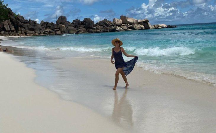 Катя Осадчая позирует в соломенной шляпе и летящем платье самой модной расцветки