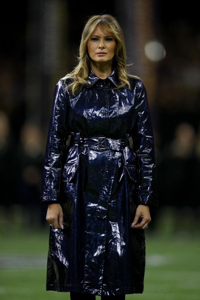 Мелания Трамп в лаковом тренче на футбольном матче в Новом Орлеане