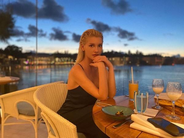 Миша Романова продемонстрировала несколько стильных пляжных образов на Маврикии