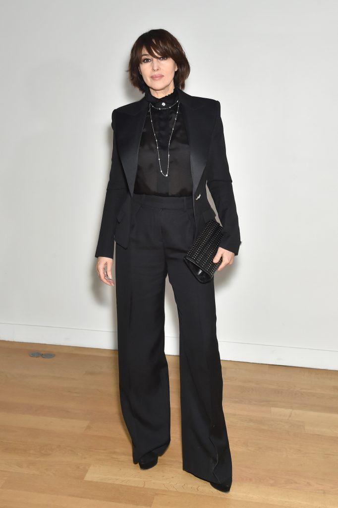 Total black: Моника Беллуччи в элегантном брючном костюме на неделе моды в Париже