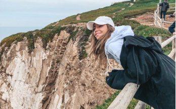 Надя Дорофеева показала снимки в трендовой куртке oversize на отдыхе в Португалии
