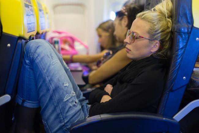 Зачем при взлете и посадке выключается свет в салоне самолета