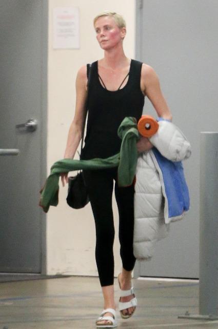 Шарлиз Терон посетила занятие по йоге в Лос-Анджелесе