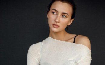 Анна Ризатдинова позирует в легком платье в пол с открытыми плечами