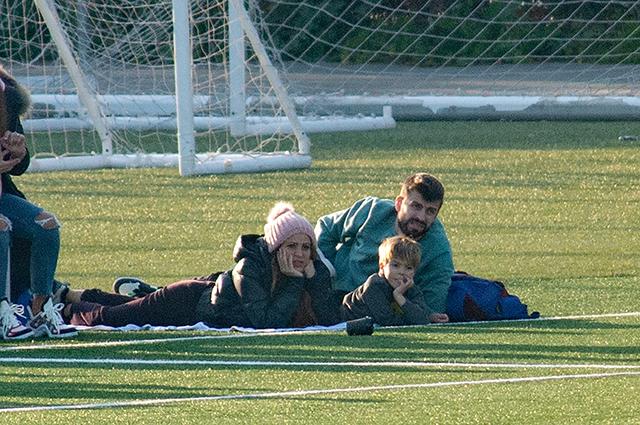 Шакира с Жераром Пике и младшим сыном на футболе