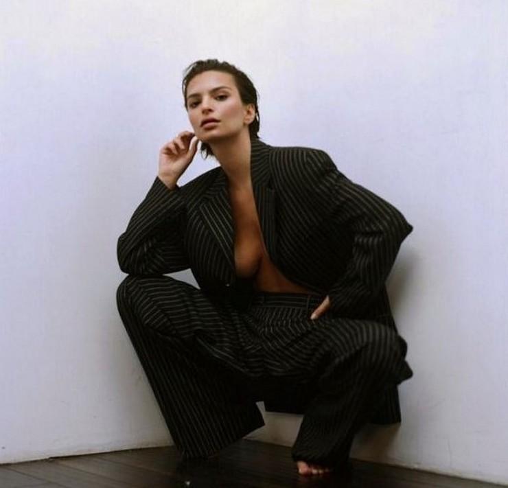 Эмили Ратаковски позировала в пиджаке на голое тело