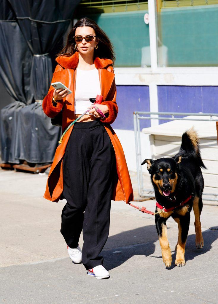 Эмили Ратаковски в самом модном плаще весны-2020