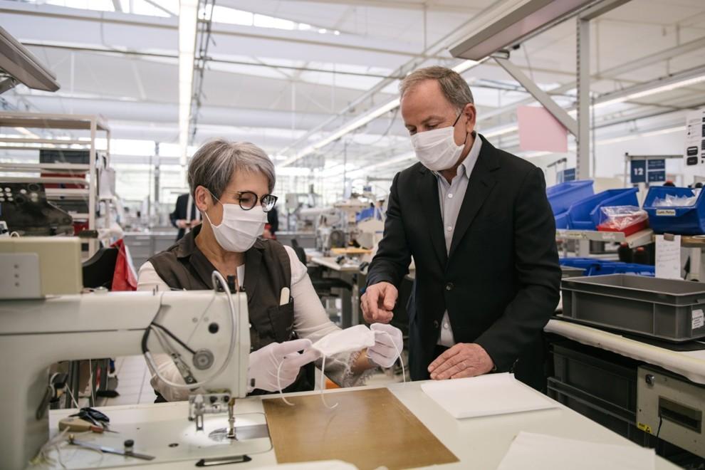 Louis Vuitton запустил пошив защитных масок