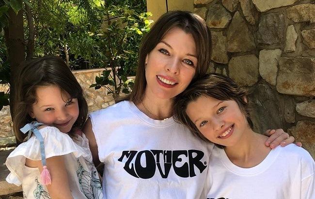 Мила Йовович показала, как ее дочки поют на русском языке