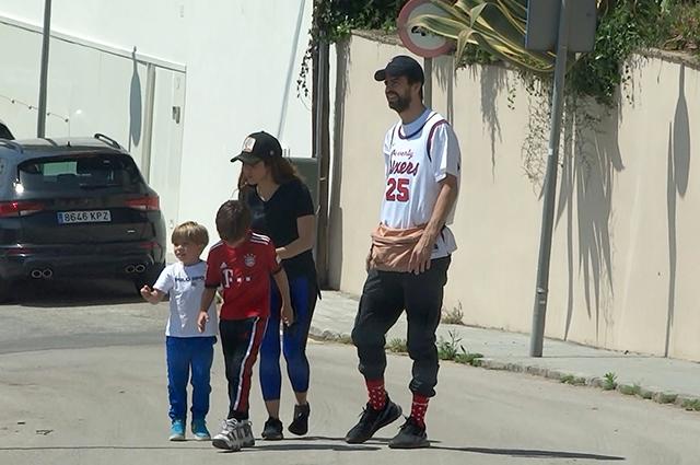 Шакира с семьей прогулялась по улицам Барселоны