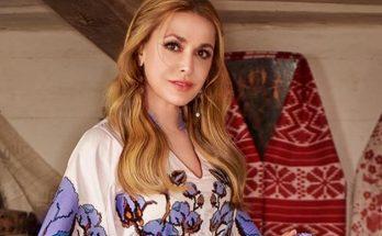 Ольга Сумская снялась на кровати в шелковой ночнушке