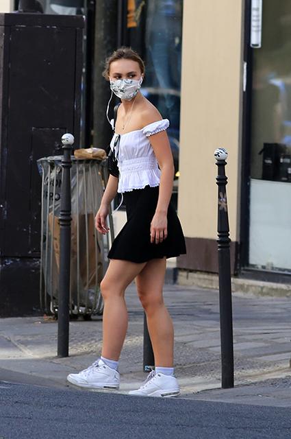 Лили-Роуз Депп на прогулке в Париже