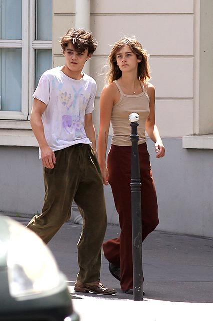 Сын Джонни Деппа с девушкой прогулялся по Парижу