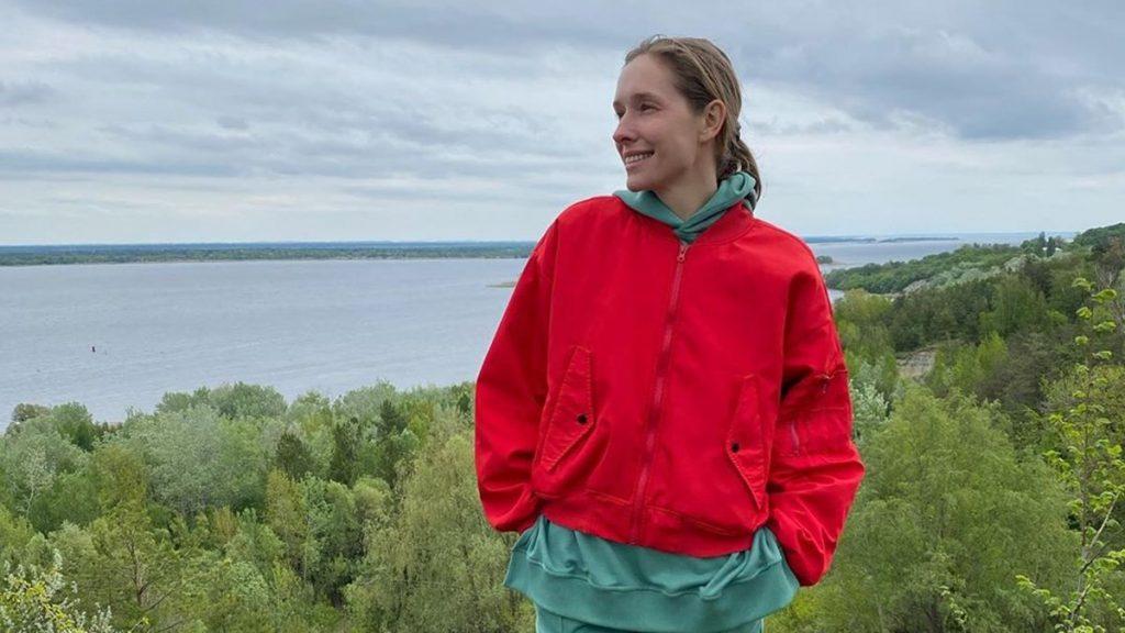 Катя Осадчая в стильном свитере сходила с семьей в мини-поход
