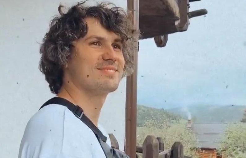 Евгений Кот искупался в горном водопаде