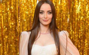 В платье с глубоким разрезом и в ковбойских сапогах: Ксения Мишина привела в восторг поклонников