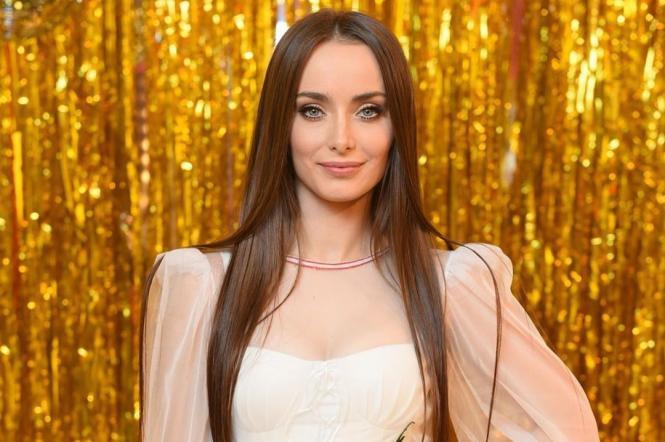 Ксения Мишина примерила белоснежное платье с экстремально глубоким разрезом