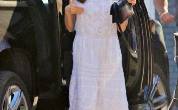 Карантинный стайл: Анджелина Джоли в белом льняном сарафане и маске отправилась на шопинг с дочкой Вивьен