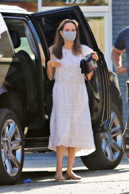 Анджелина Джоли в белом льняном сарафане и маске отправилась на шопинг с дочкой Вивьен
