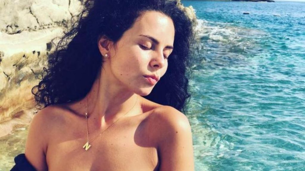 Настя Каменских в обтягивающем костюме потренировалась на пляже Кемера