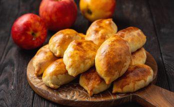 Летняя сладость: духовые пирожки с яблочной начинкой, очень простой рецепт
