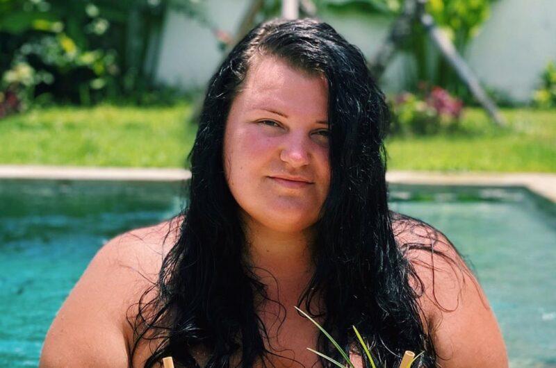 Alyona Alyona прыгнула в бассейн в раздельном купальнике