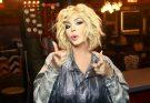 Страстный поцелуй: Ирина Билык поцеловала известную певицу в губы