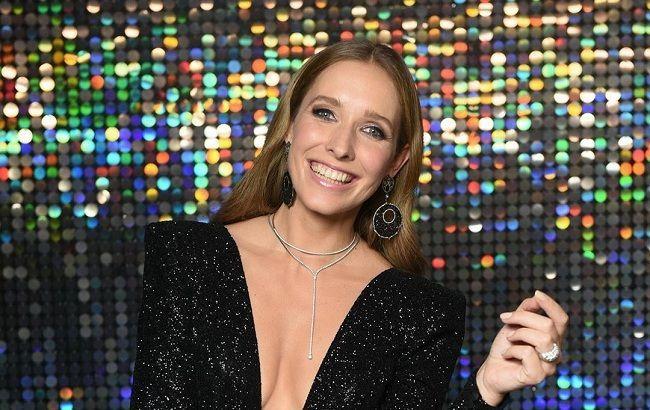 Катя Осадчая примерила стильный look, похваставшись идеальным загаром