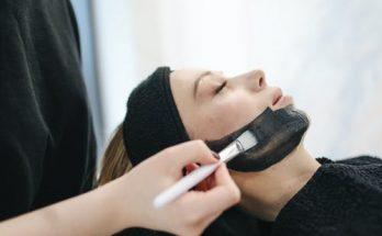 Опасно для кожи: какие средства категорически не рекомендуется наносить на лицо