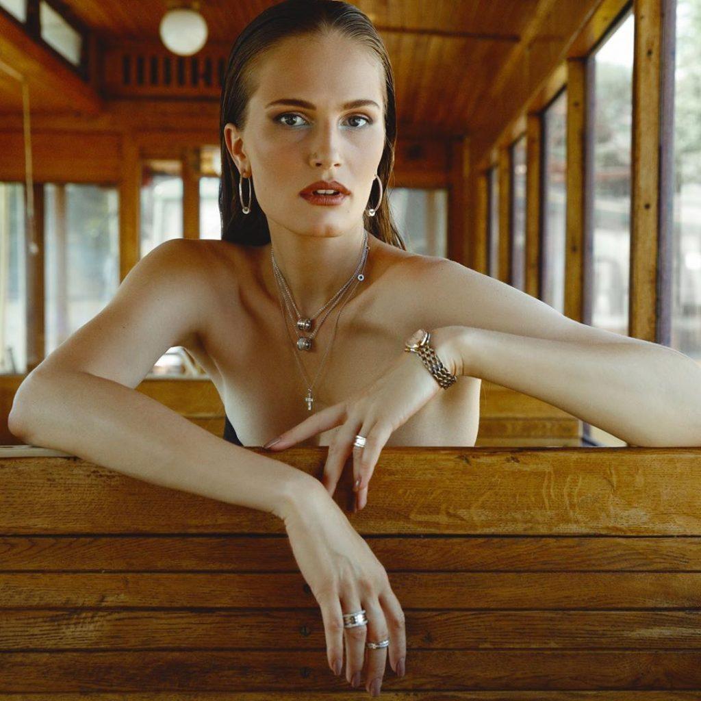 Алла Костромичева в вечернем платье с перьями позировала в ретро-трамвае