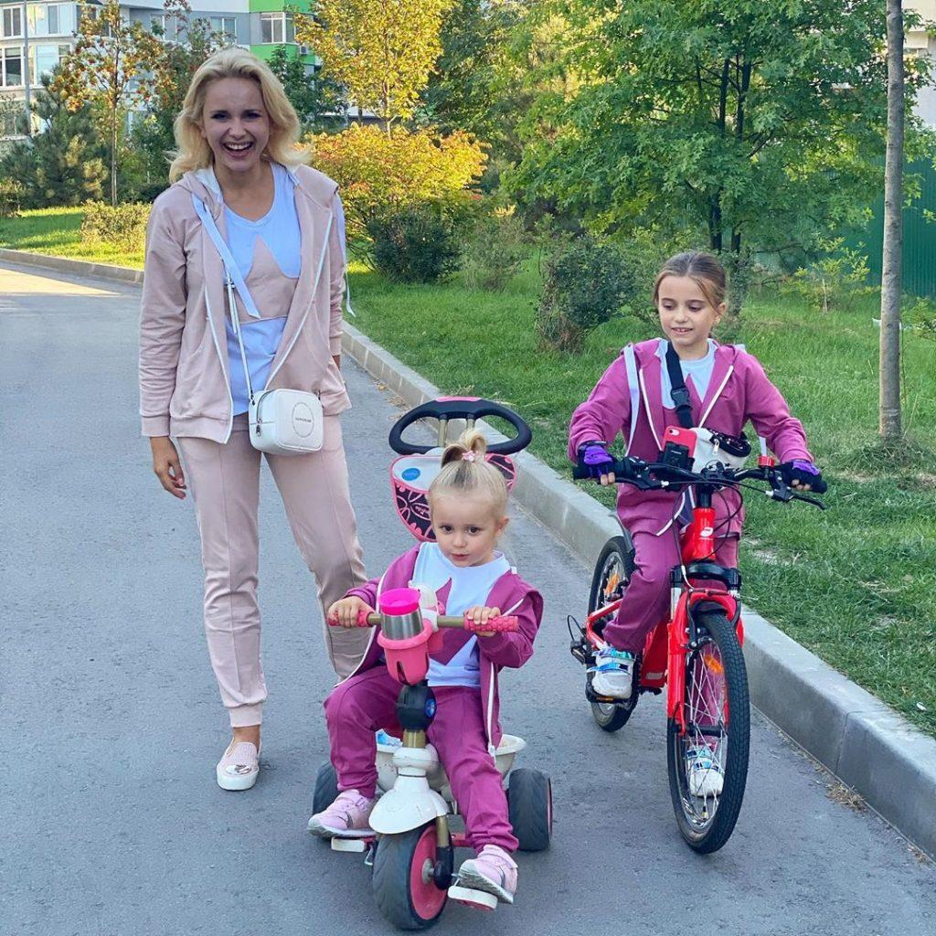 Лилия Ребрик показала своих подросших дочек на совместной прогулке