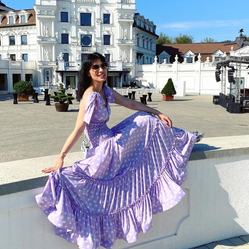 Маша Ефросинина позировала в лавандовом платье в пол